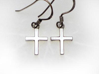 小さな十字架のピアス